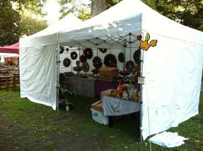 Marktstand mit Faltpavillons