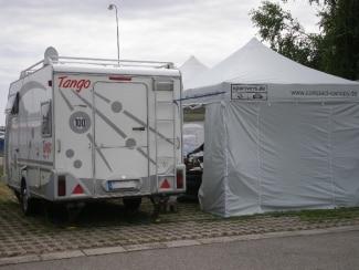 Faltpavillon silbergrau an Wohnmobil