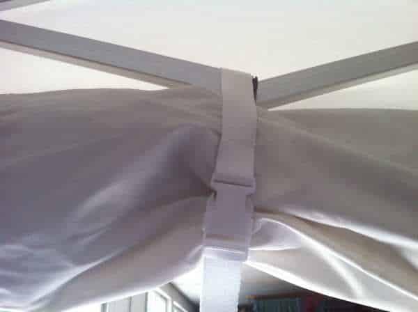 Faltpavillonwand mit Gurtband fixieren