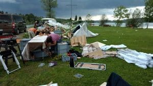 Faltpavillons auf Markt nach Sturm