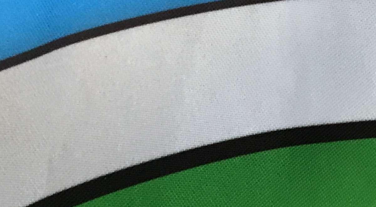 Die Farbe liegt in der Faser. Knicken ist kein Problem, die textile Oberfläche bleibt erhalten.