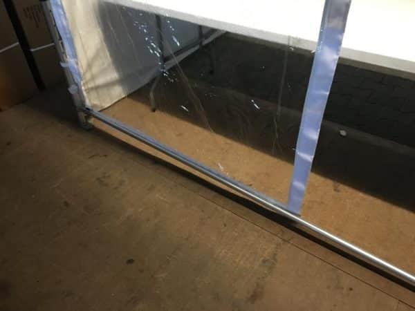 Das Schutzfenster senkrecht eingebaut und an der Stange fixiert.