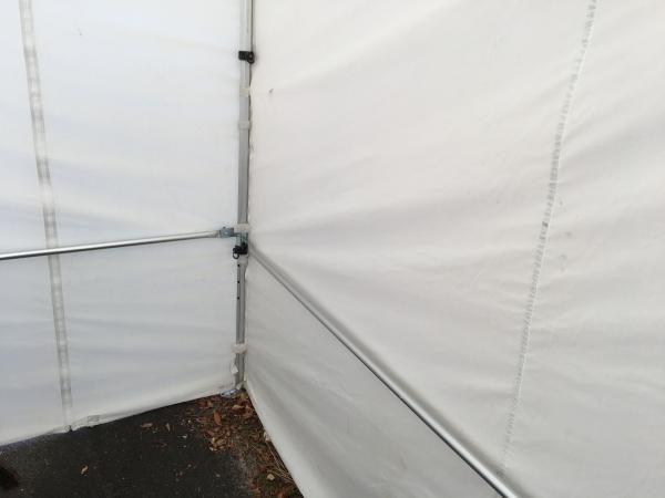 Die Querstange oder Sturmstange stabilisiert den Pavillon und verhindert, dass die Wände im Wind flattern.